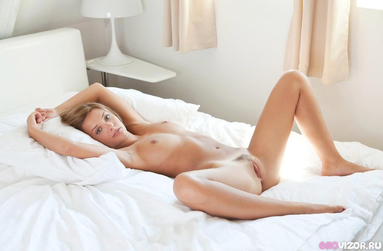 голые девушки в постели видео
