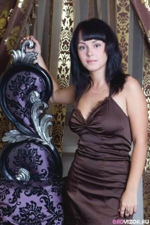 Волосатая киска девушки прячется под красивым платьем
