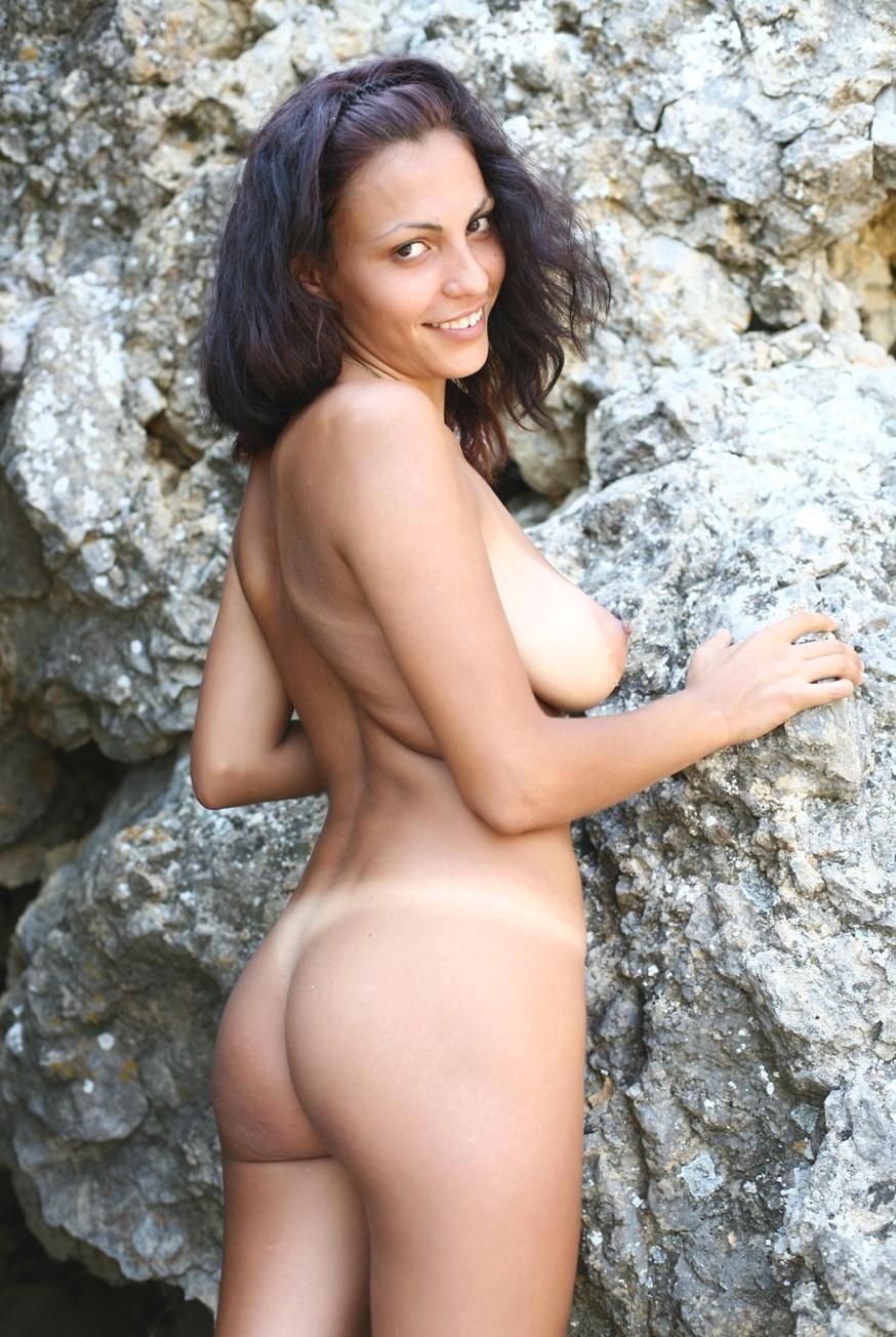 фото голая девушка играет заигрывает